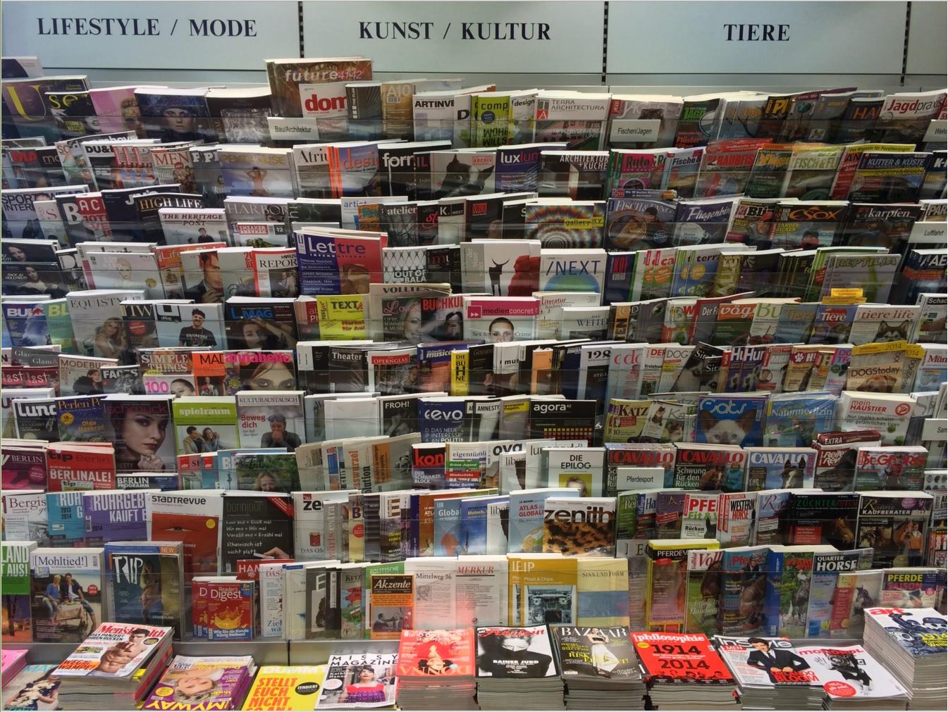 Bild eines Zeitschriftenregals. Es werden sehr viele verschiedene Magazine ausgestellt.
